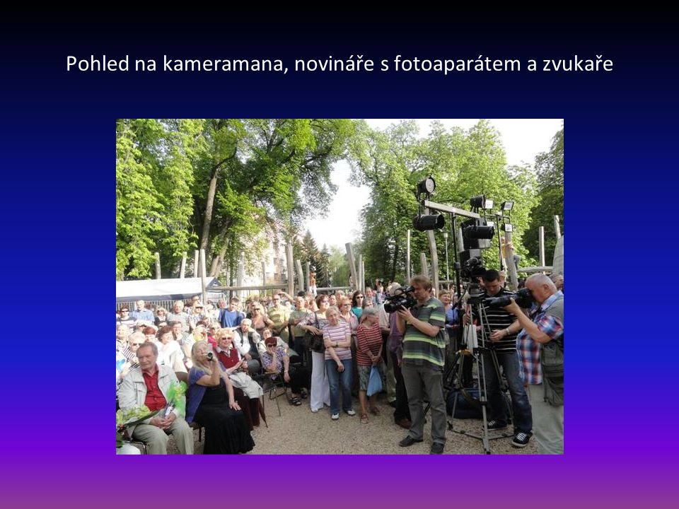 Pohled na kameramana, novináře s fotoaparátem a zvukaře