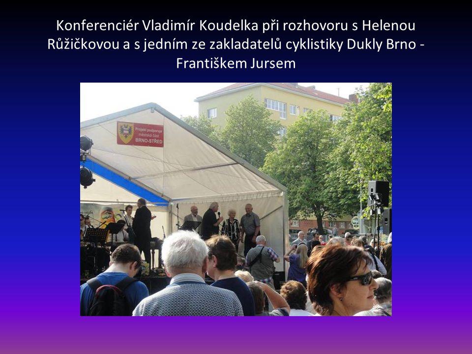 Konferenciér Vladimír Koudelka při rozhovoru s Helenou Růžičkovou a s jedním ze zakladatelů cyklistiky Dukly Brno - Františkem Jursem