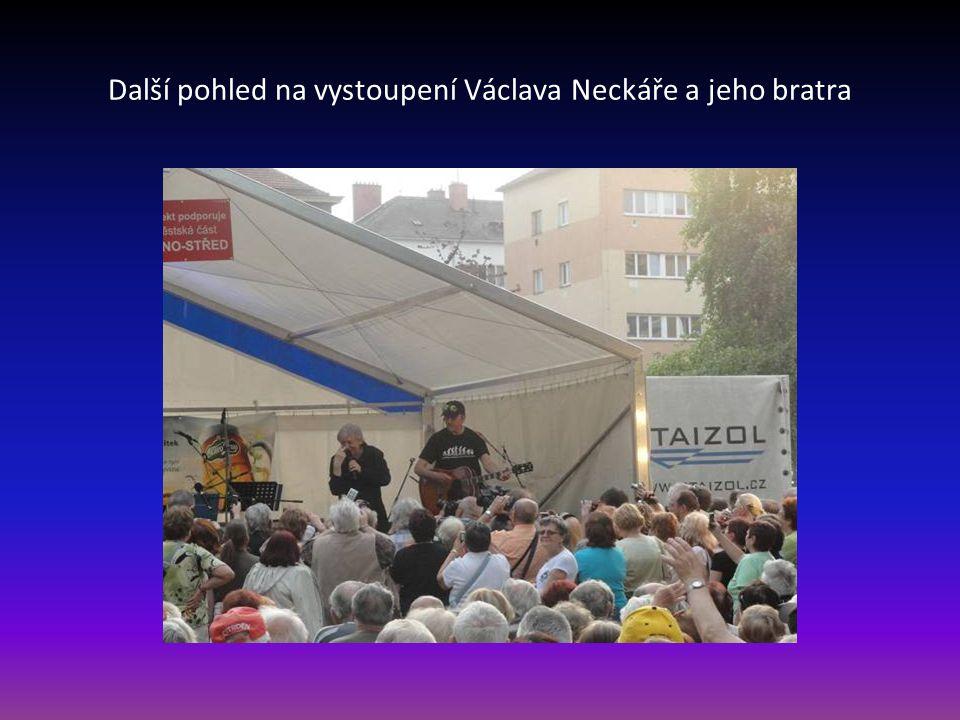 Další pohled na vystoupení Václava Neckáře a jeho bratra