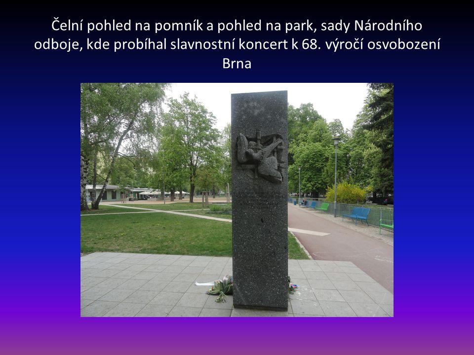 Čelní pohled na pomník a pohled na park, sady Národního odboje, kde probíhal slavnostní koncert k 68.