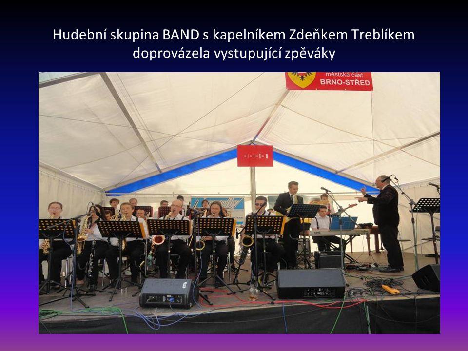 Hudební skupina BAND s kapelníkem Zdeňkem Treblíkem doprovázela vystupující zpěváky