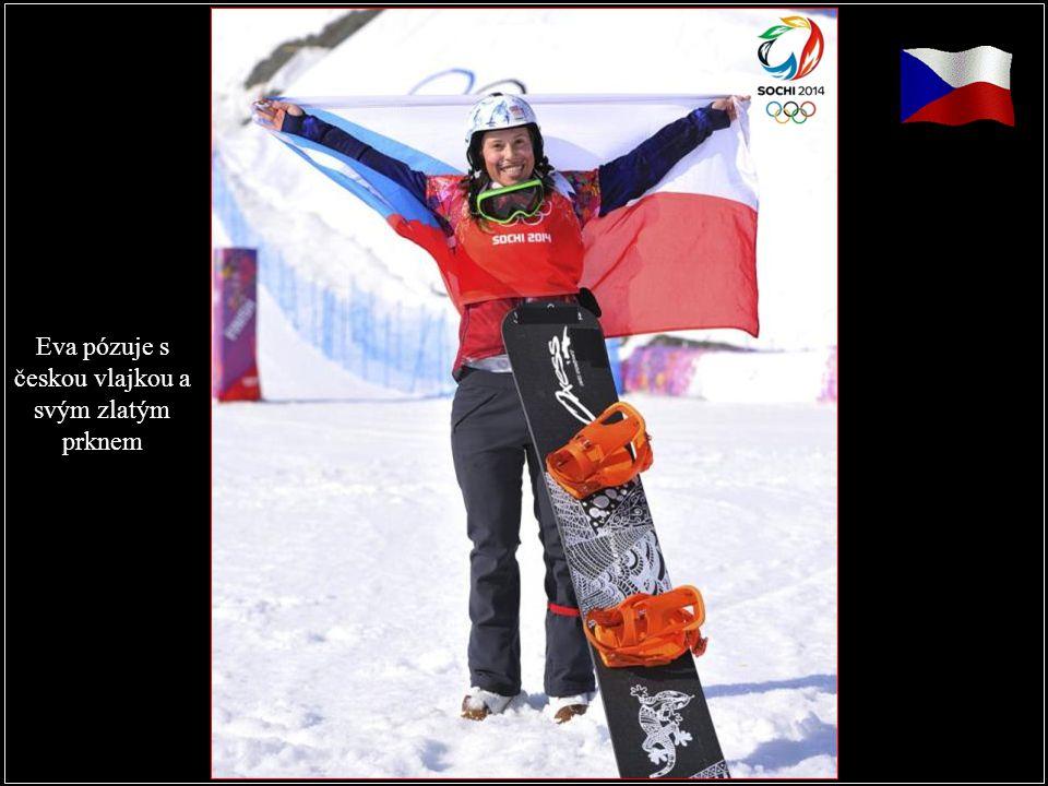 Eva pózuje s českou vlajkou a svým zlatým prknem