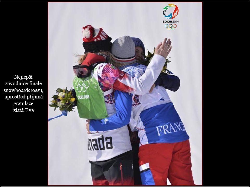 Nejlepší závodnice finále snowboardcrossu, uprostřed přijímá gratulace