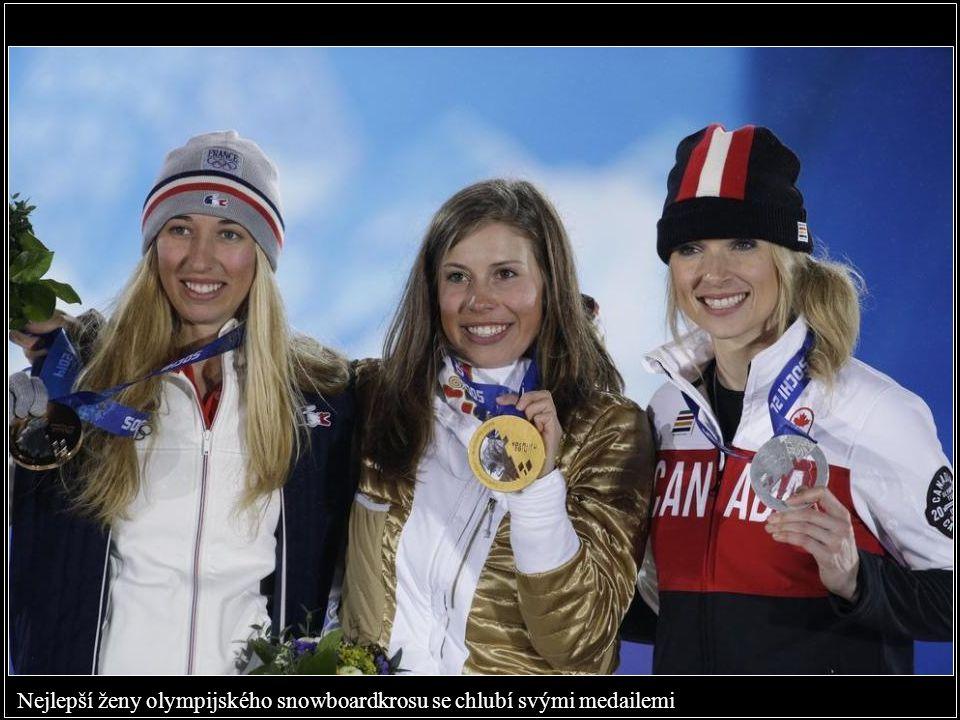 Nejlepší ženy olympijského snowboardkrosu se chlubí svými medailemi