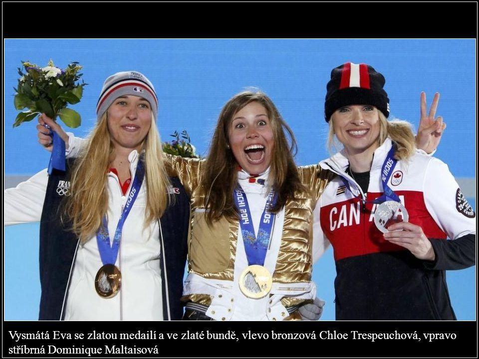 Vysmátá Eva se zlatou medailí a ve zlaté bundě, vlevo bronzová Chloe Trespeuchová, vpravo stříbrná Dominique Maltaisová