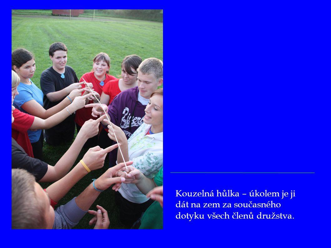 Kouzelná hůlka – úkolem je ji dát na zem za současného dotyku všech členů družstva.