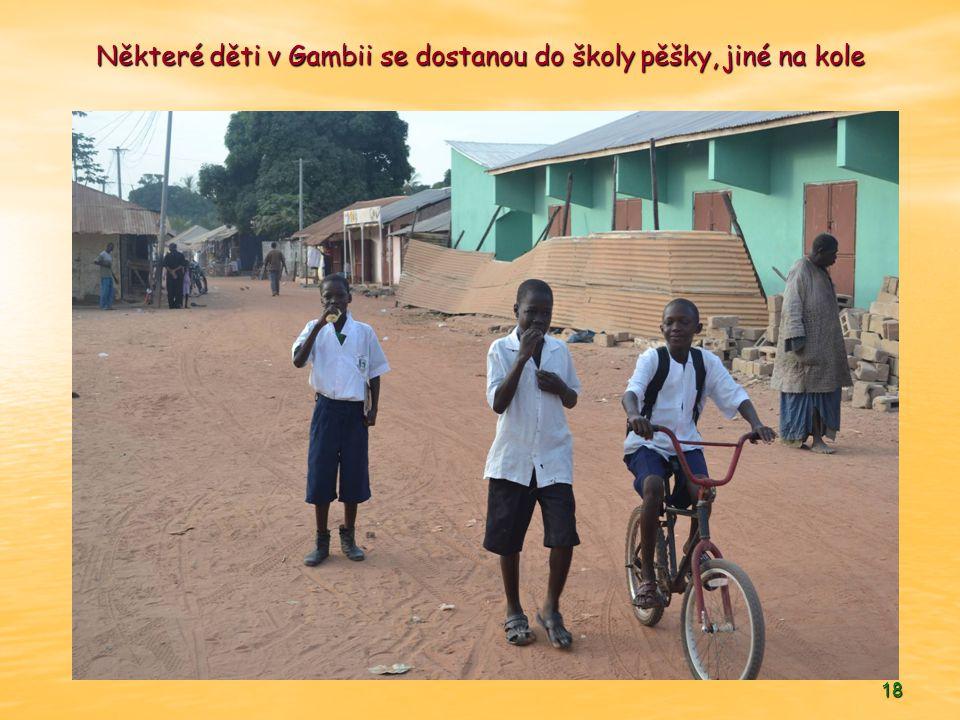 Některé děti v Gambii se dostanou do školy pěšky, jiné na kole
