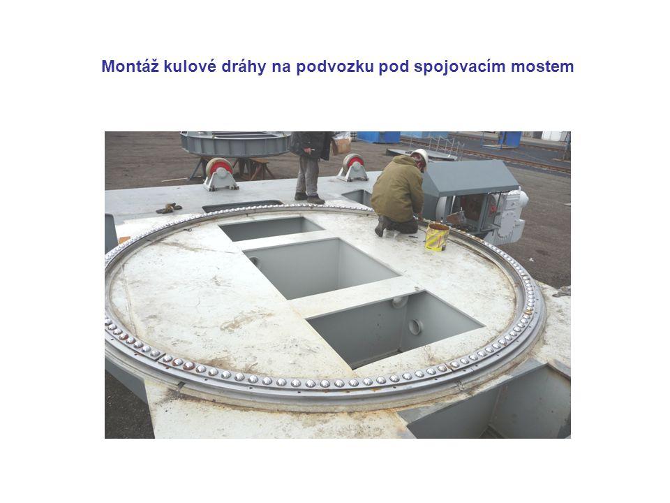 Montáž kulové dráhy na podvozku pod spojovacím mostem