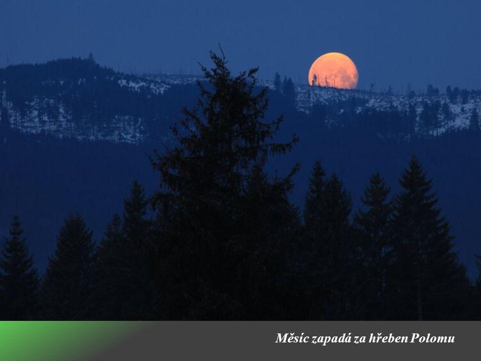 Měsíc zapadá za hřeben Polomu