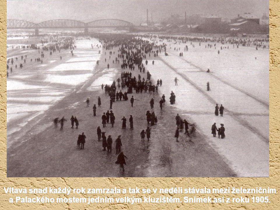 Vltava snad každý rok zamrzala a tak se v neděli stávala mezi železničním a Palackého mostem jedním velkým kluzištěm.