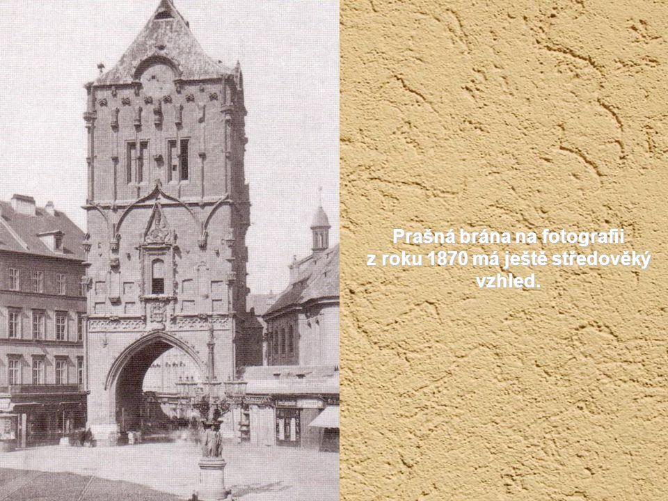 Prašná brána na fotografii z roku 1870 má ještě středověký vzhled.