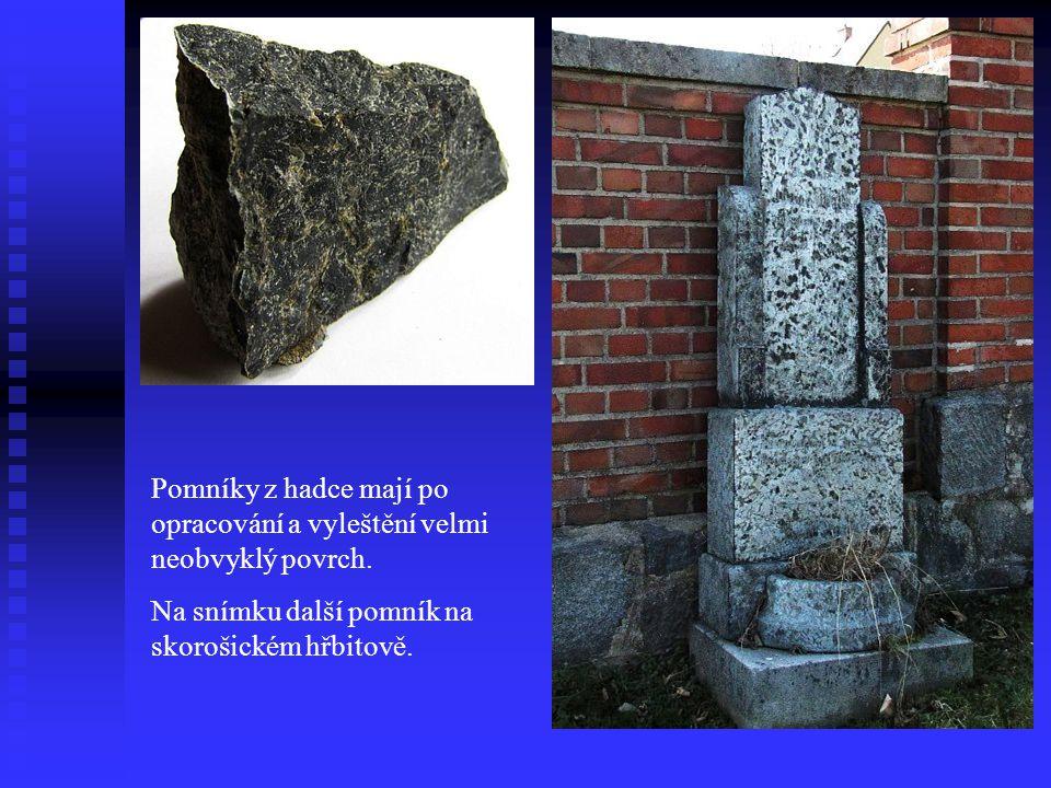 Pomníky z hadce mají po opracování a vyleštění velmi neobvyklý povrch.