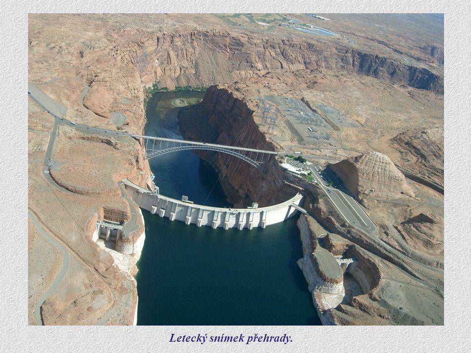 Letecký snímek. Letecký snímek přehrady.