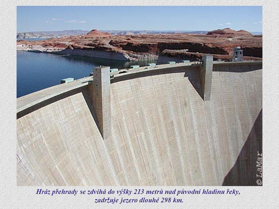 Hráz přehrady se zdvihá do výšky 213 metrů nad původní hladinu řeky,