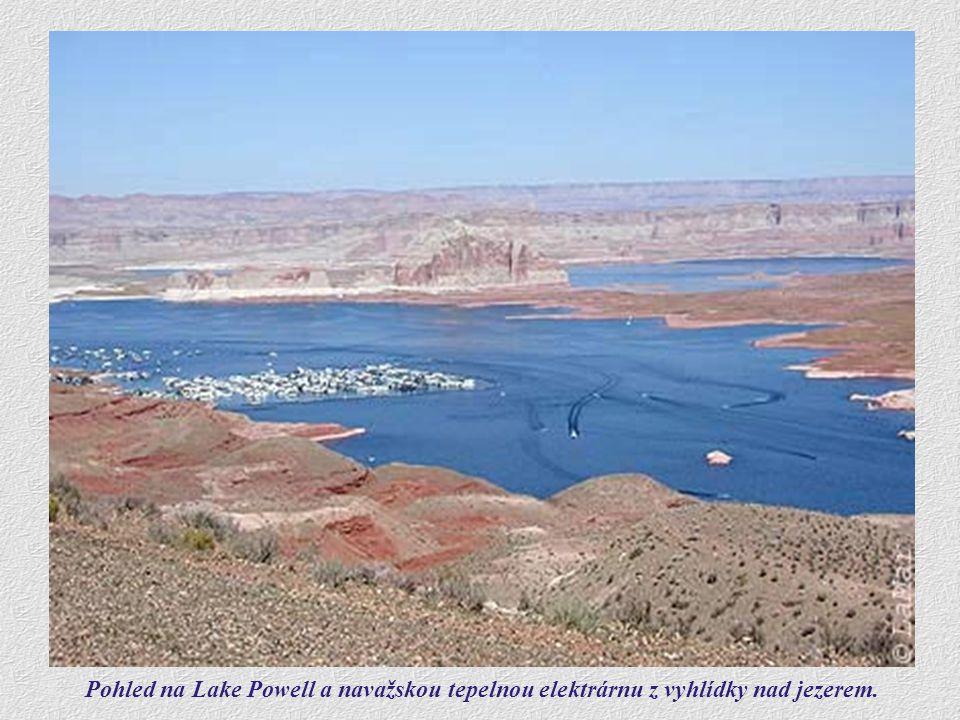 Pohled na Lake Powell a navažskou tepelnou elektrárnu z vyhlídky nad jezerem.