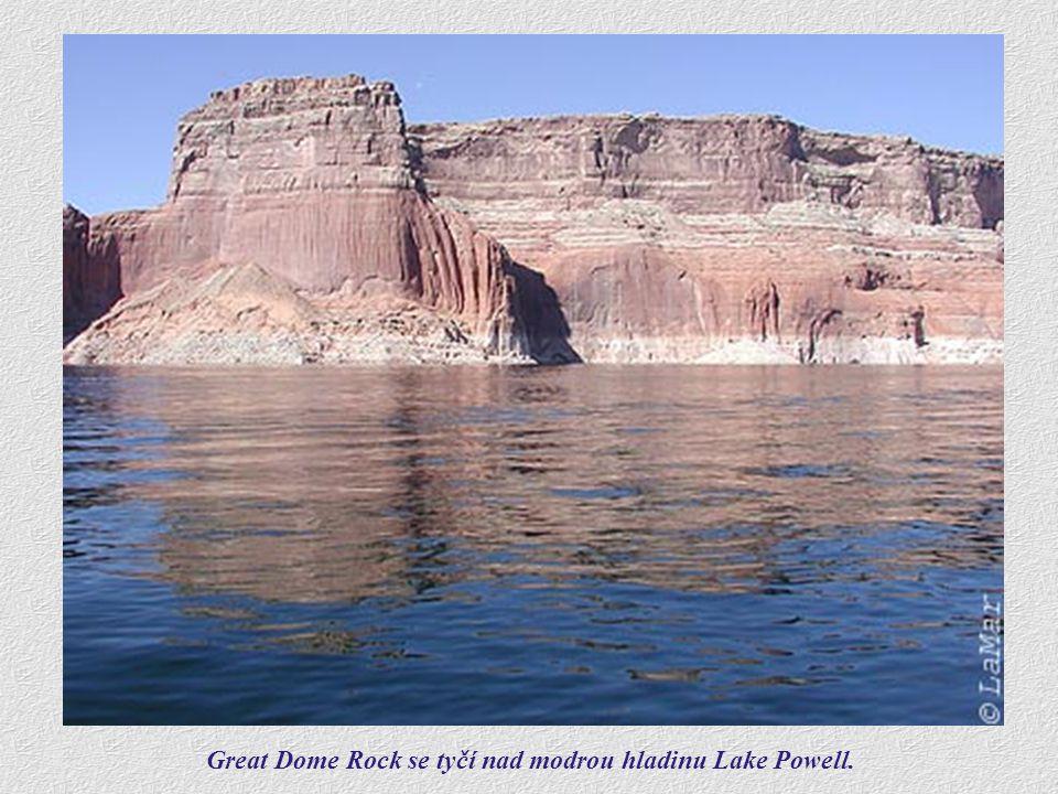 Great Dome Rock se tyčí nad modrou hladinu Lake Powell.