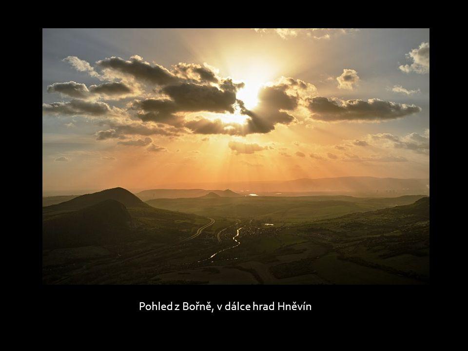 Pohled z Bořně, v dálce hrad Hněvín