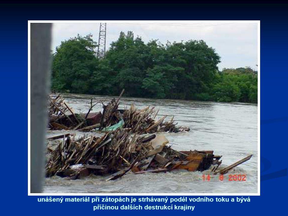unášený materiál při zátopách je strhávaný podél vodního toku a bývá příčinou dalších destrukcí krajiny