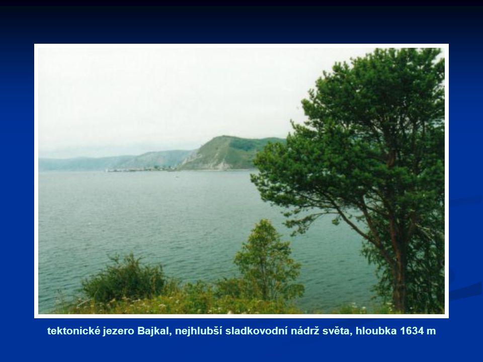 tektonické jezero Bajkal, nejhlubší sladkovodní nádrž světa, hloubka 1634 m