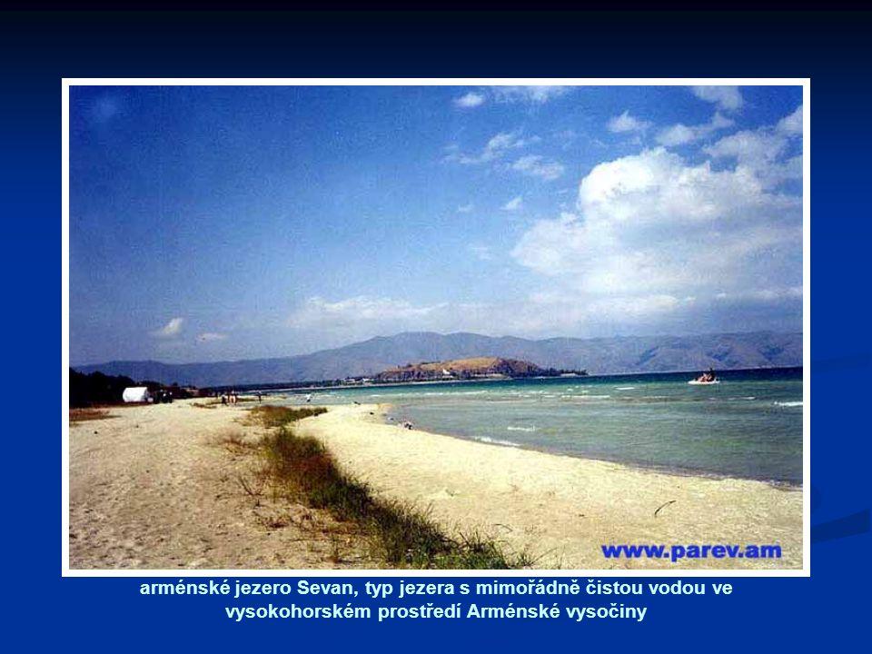 arménské jezero Sevan, typ jezera s mimořádně čistou vodou ve vysokohorském prostředí Arménské vysočiny