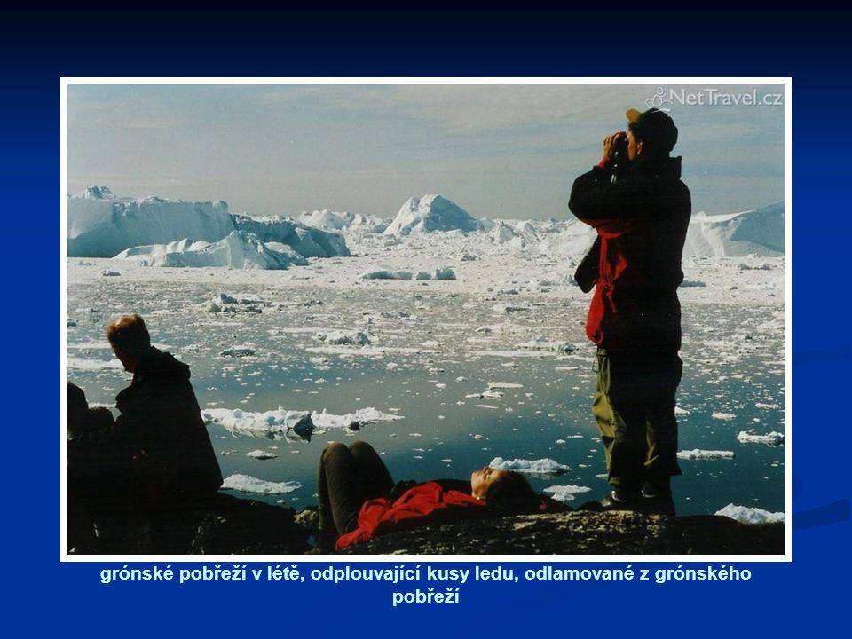 grónské pobřeží v létě, odplouvající kusy ledu, odlamované z grónského pobřeží