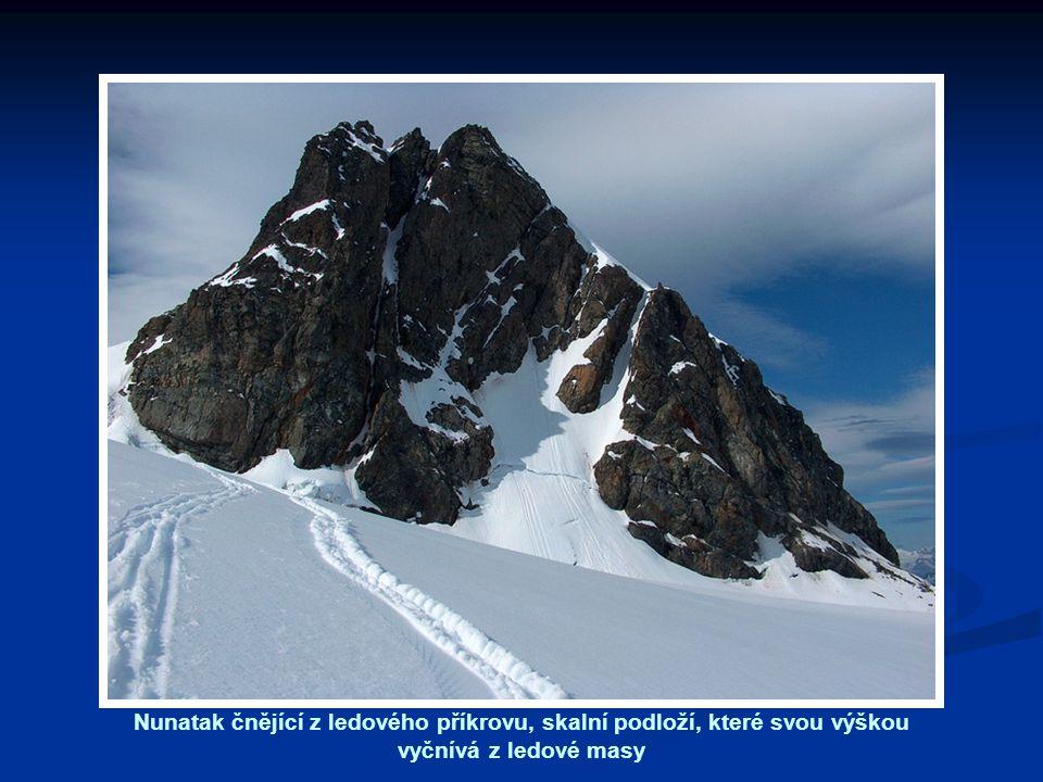 Nunatak čnějící z ledového příkrovu, skalní podloží, které svou výškou vyčnívá z ledové masy