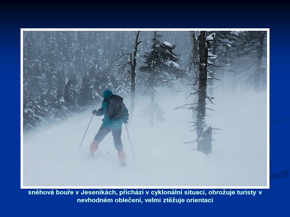 sněhová bouře v Jeseníkách, přichází v cyklonální situaci, ohrožuje turisty v nevhodném oblečení, velmi ztěžuje orientaci