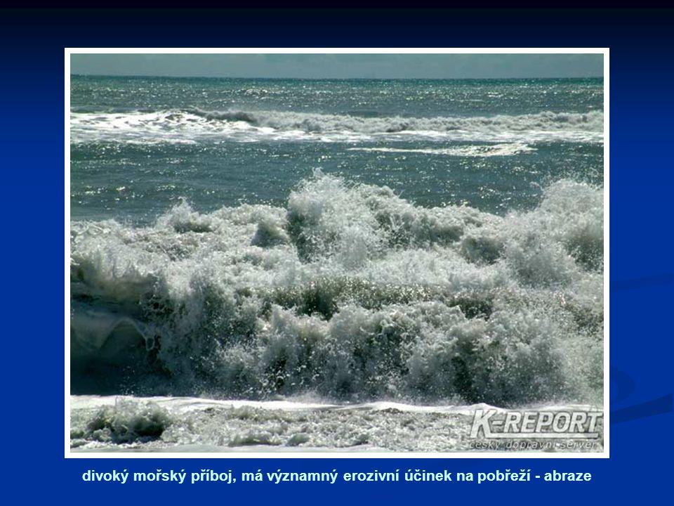 divoký mořský příboj, má významný erozivní účinek na pobřeží - abraze