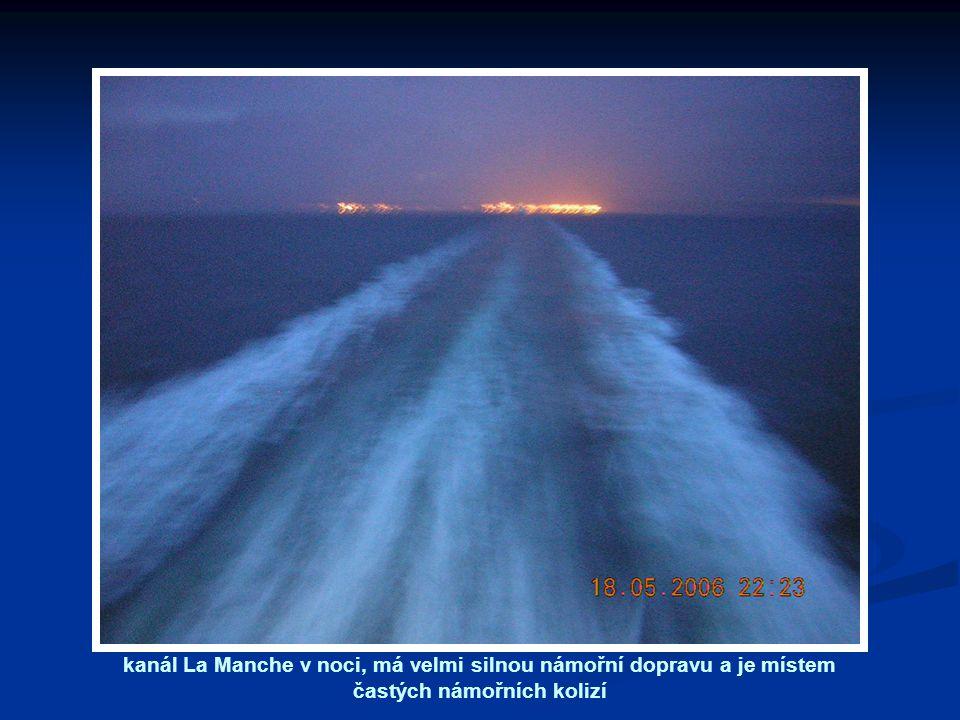 kanál La Manche v noci, má velmi silnou námořní dopravu a je místem častých námořních kolizí