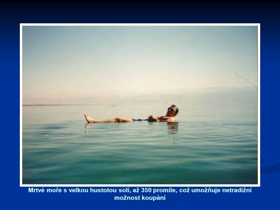 Mrtvé moře s velkou hustotou solí, až 350 promile, což umožňuje netradižní možnost koupání