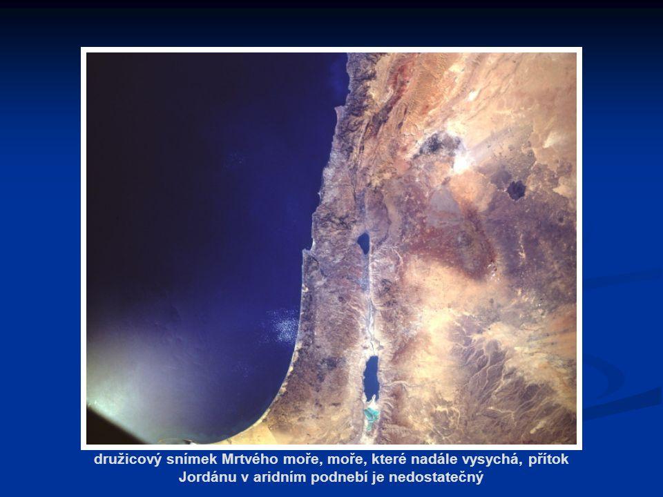 družicový snímek Mrtvého moře, moře, které nadále vysychá, přítok Jordánu v aridním podnebí je nedostatečný