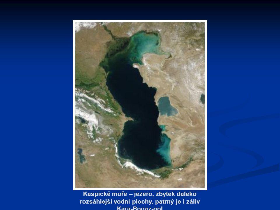 Kaspické moře – jezero, zbytek daleko rozsáhlejší vodní plochy, patrný je i záliv Kara-Bogaz-gol