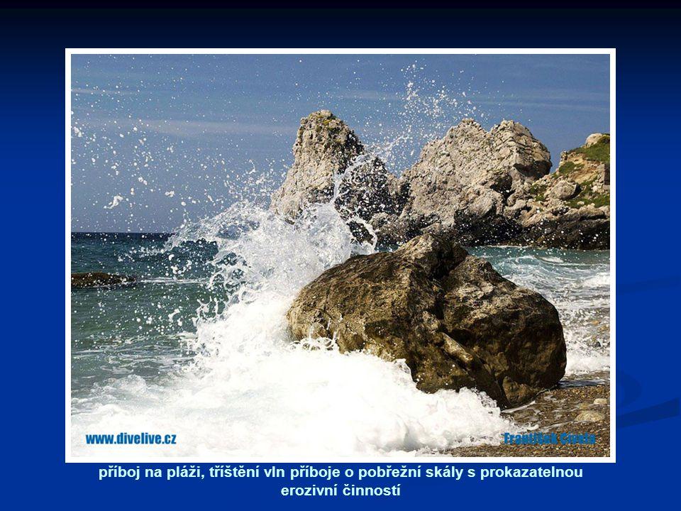 příboj na pláži, tříštění vln příboje o pobřežní skály s prokazatelnou erozivní činností