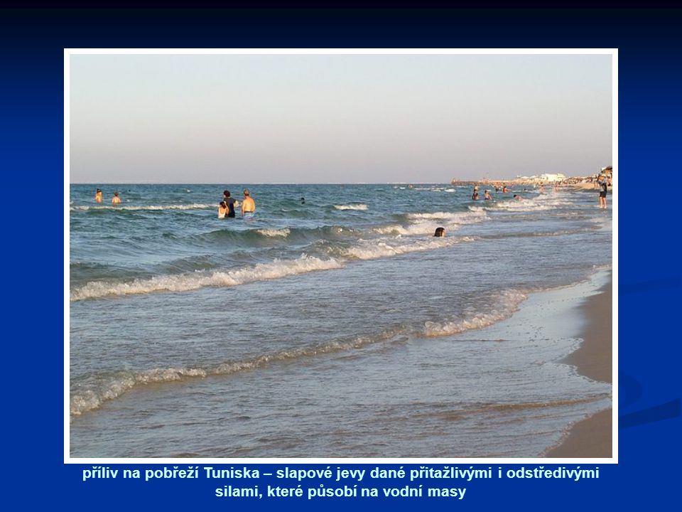 příliv na pobřeží Tuniska – slapové jevy dané přitažlivými i odstředivými silami, které působí na vodní masy