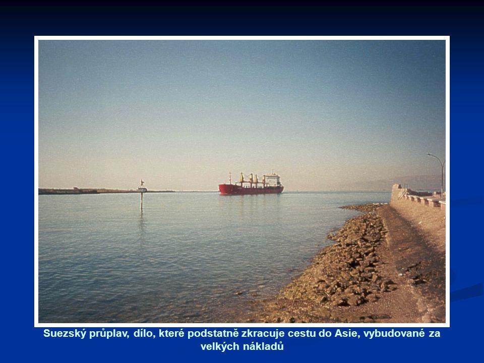 Suezský průplav, dílo, které podstatně zkracuje cestu do Asie, vybudované za velkých nákladů