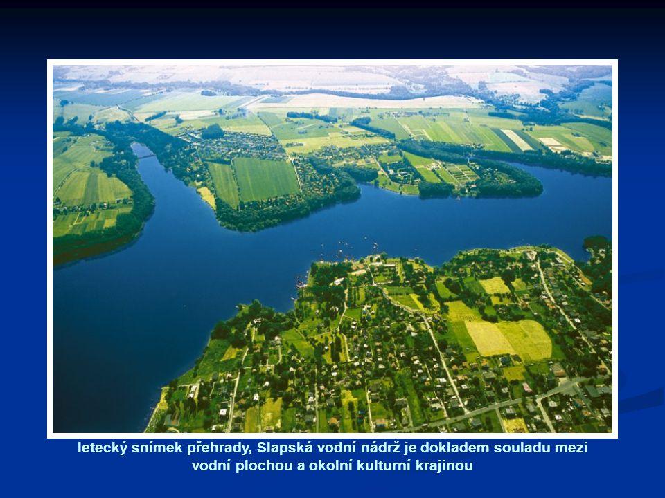 letecký snímek přehrady, Slapská vodní nádrž je dokladem souladu mezi vodní plochou a okolní kulturní krajinou