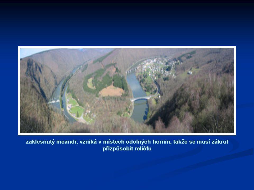 zaklesnutý meandr, vzniká v místech odolných hornin, takže se musí zákrut přizpůsobit reliéfu