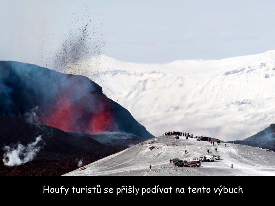 Houfy turistů se přišly podívat na tento výbuch