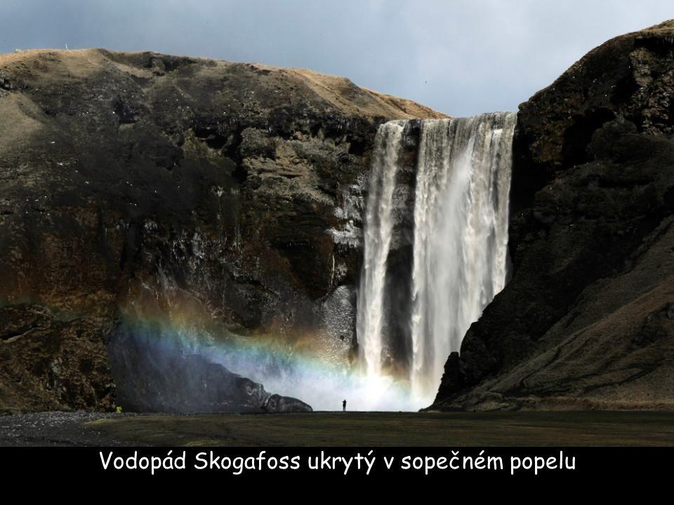 Vodopád Skogafoss ukrytý v sopečném popelu
