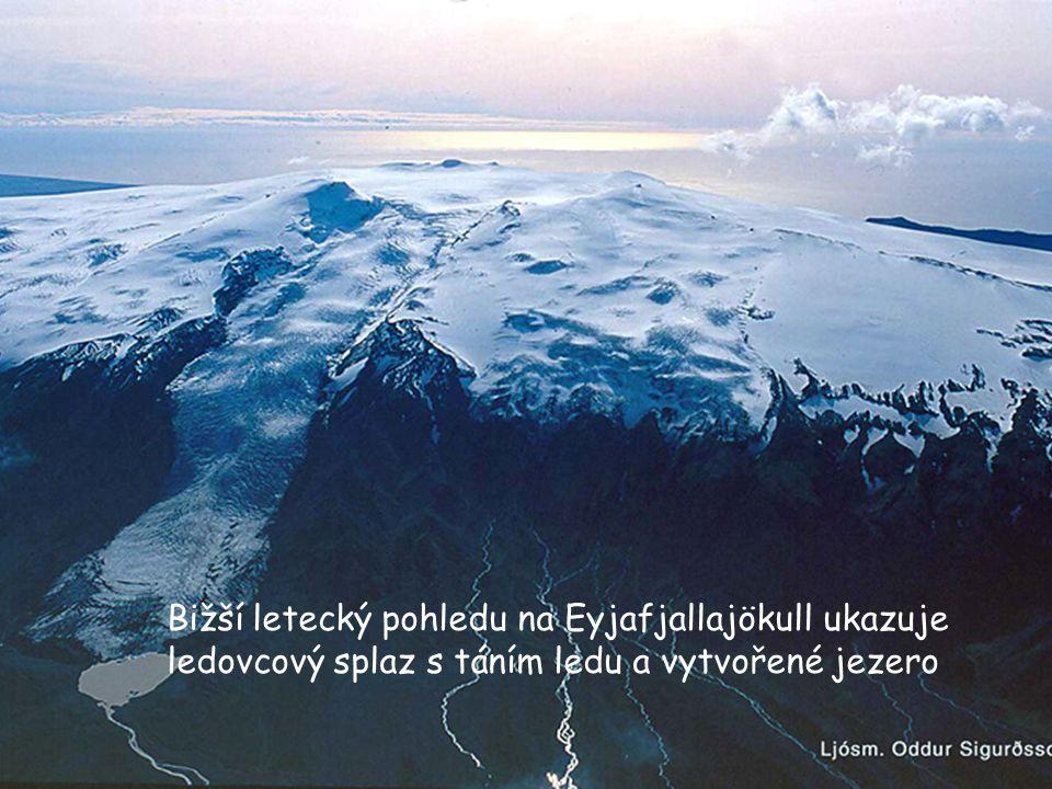 Bižší letecký pohledu na Eyjafjallajökull ukazuje ledovcový splaz s táním ledu a vytvořené jezero