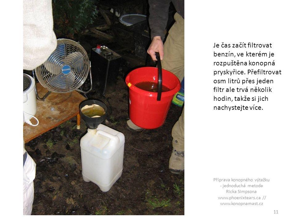Je čas začít filtrovat benzín, ve kterém je rozpuštěna konopná pryskyřice. Přefiltrovat osm litrů přes jeden filtr ale trvá několik hodin, takže si jich nachystejte více.