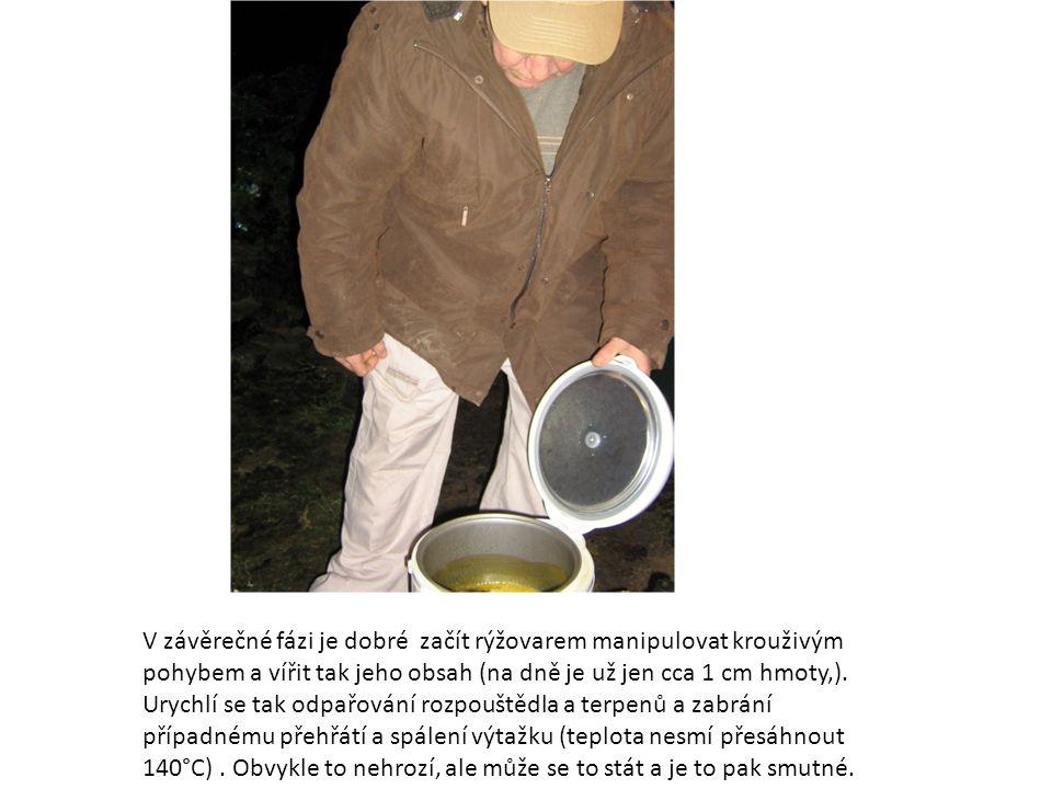 V závěrečné fázi je dobré začít rýžovarem manipulovat krouživým pohybem a vířit tak jeho obsah (na dně je už jen cca 1 cm hmoty,).