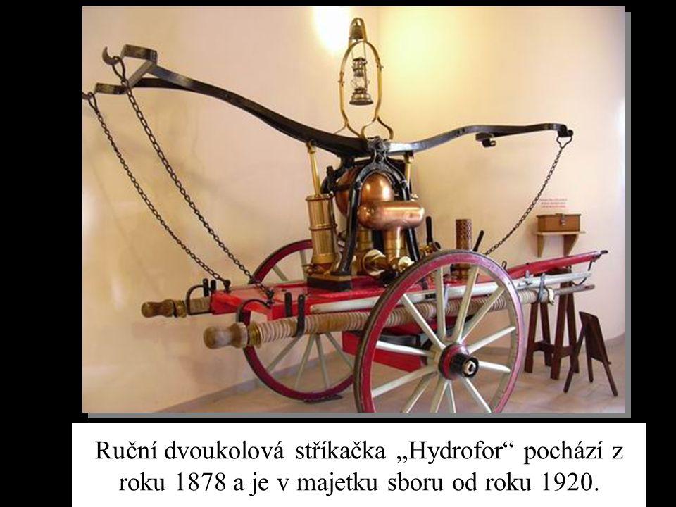 """Ruční dvoukolová stříkačka """"Hydrofor pochází z roku 1878 a je v majetku sboru od roku 1920."""