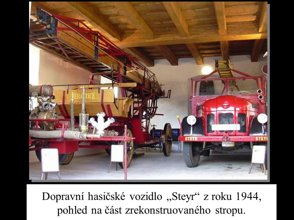 """Dopravní hasičské vozidlo """"Steyr z roku 1944, pohled na část zrekonstruovaného stropu."""