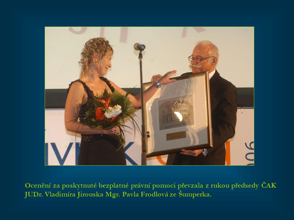 Ocenění za poskytnuté bezplatné právní pomoci převzala z rukou předsedy ČAK JUDr.