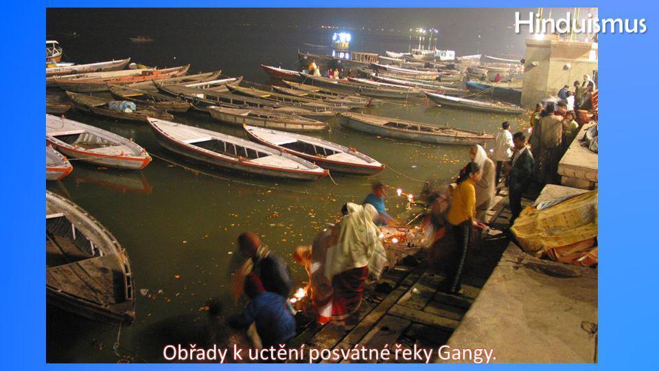 Obřady k uctění posvátné řeky Gangy.