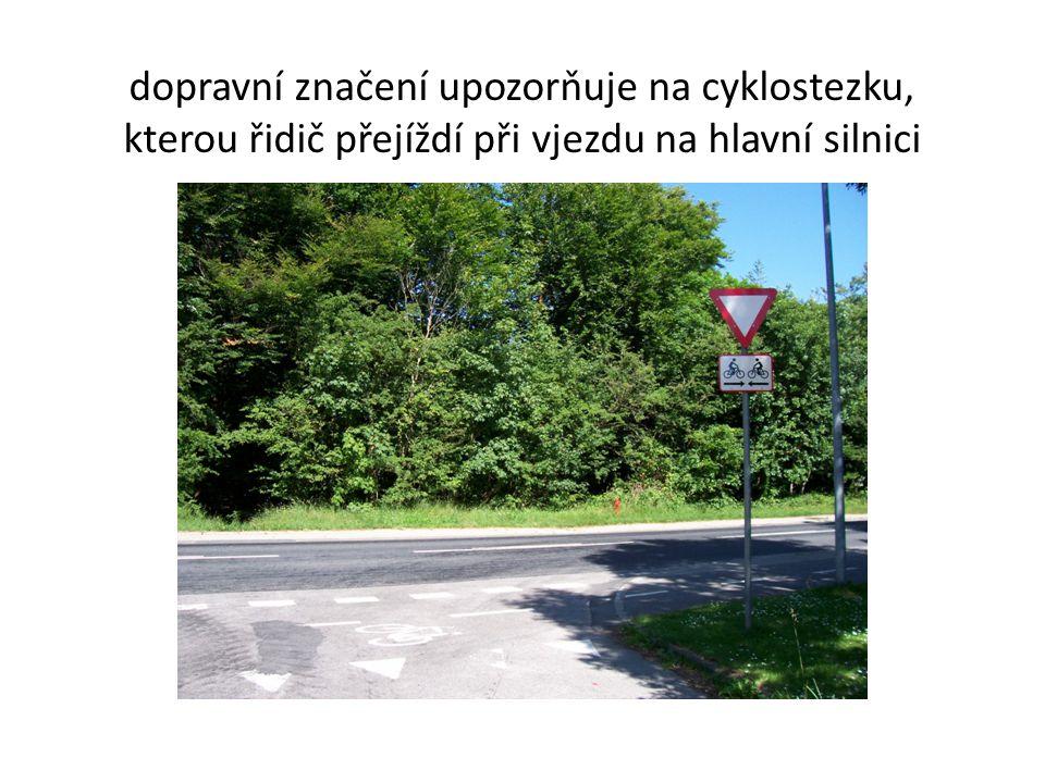 dopravní značení upozorňuje na cyklostezku,