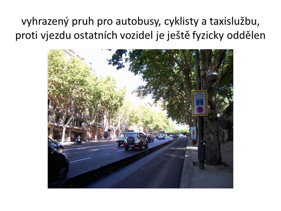 vyhrazený pruh pro autobusy, cyklisty a taxislužbu,