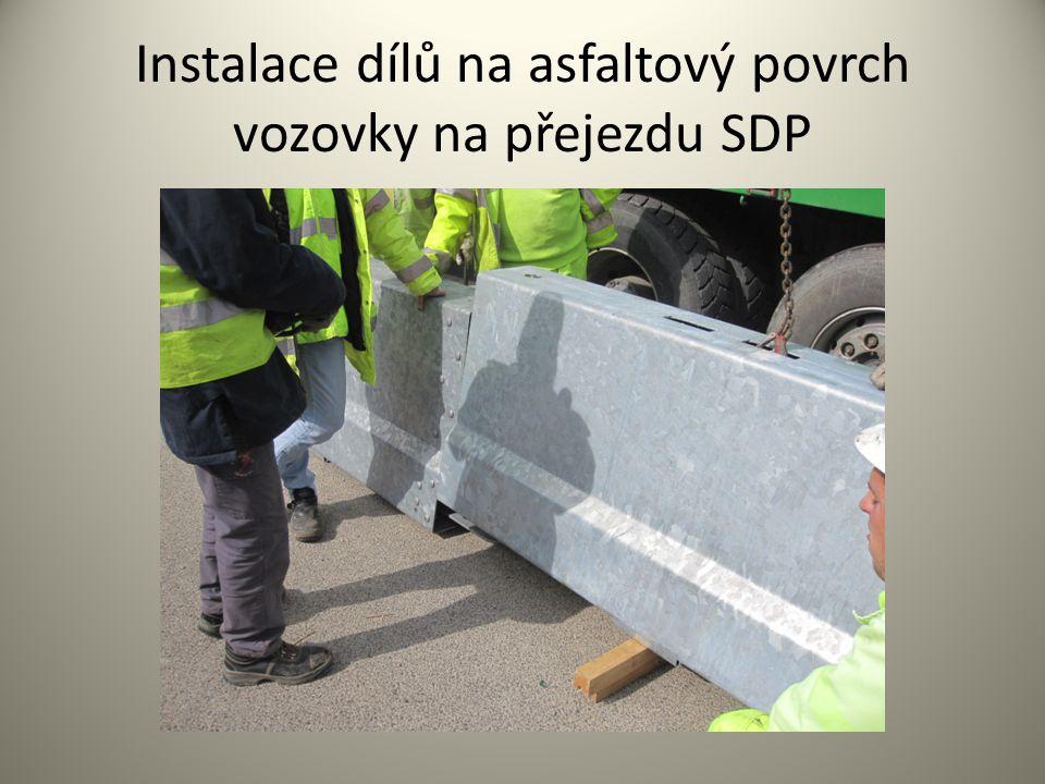 Instalace dílů na asfaltový povrch vozovky na přejezdu SDP