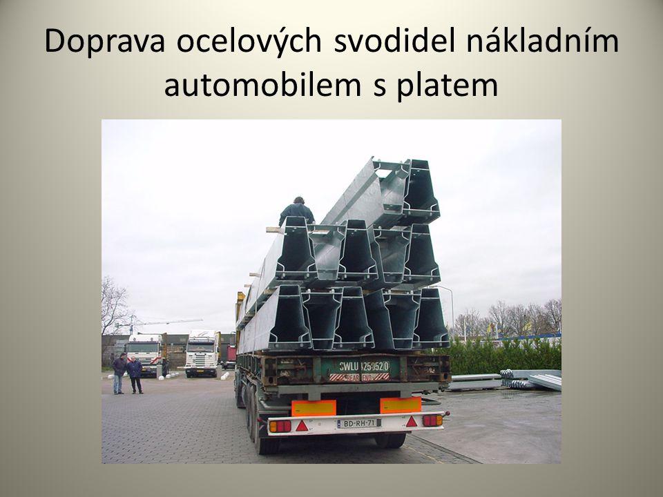 Doprava ocelových svodidel nákladním automobilem s platem